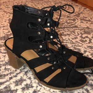 Shoes - Sandals with brown heel with black laces